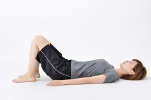 足を立てたときの膝の角度は90°未満が理想的です。