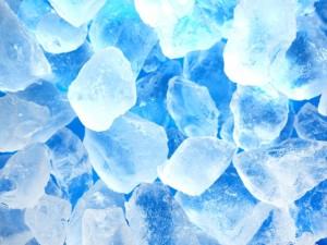 NGな氷の例。表面に霜のようなものが見えます。この状態の氷を触ると手元がヒリヒリしますよね。